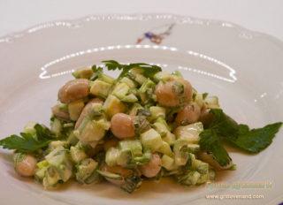 Вкусный салат из авокадо с бобами (фасолью), огурцами и кинзой за 10 минут.