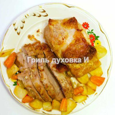 Свиная корейка в духовке с коричневым сахаром и чесноком