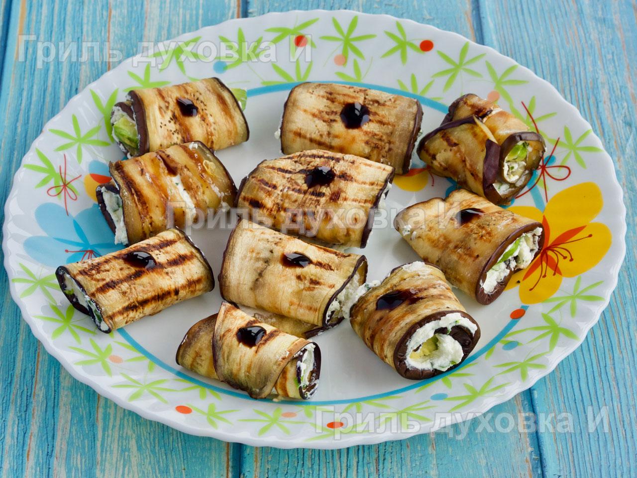 Рулетики из баклажанов с сыром, кинзой и авокадо.