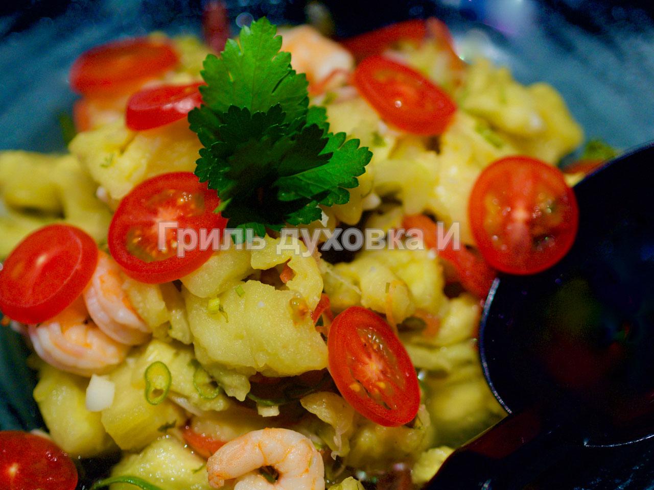 Салат из печеных баклажанов. С креветками и помидорами.