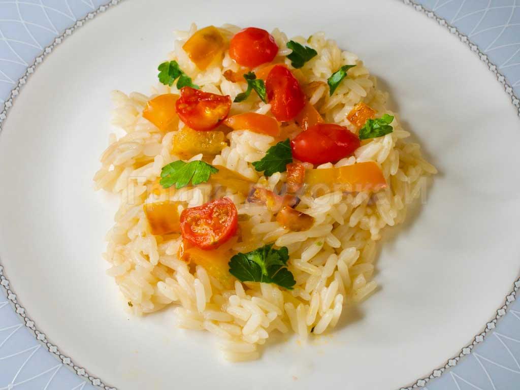 Рис с овощами на сковороде. Пол часа и готово.